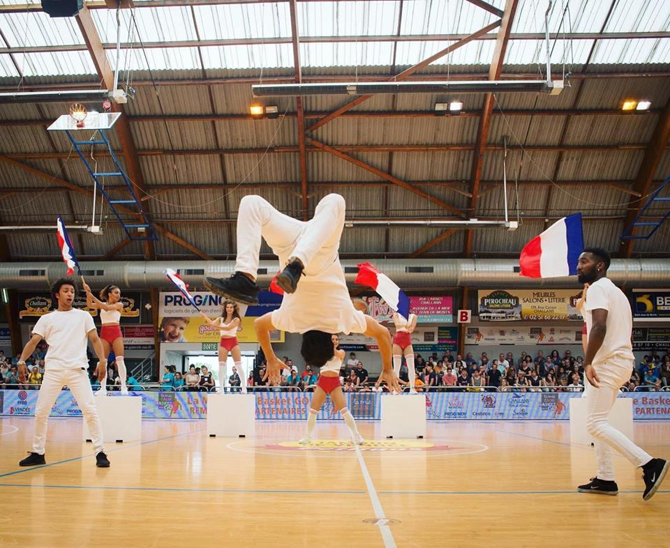 Show pom-pom girls et acrobates